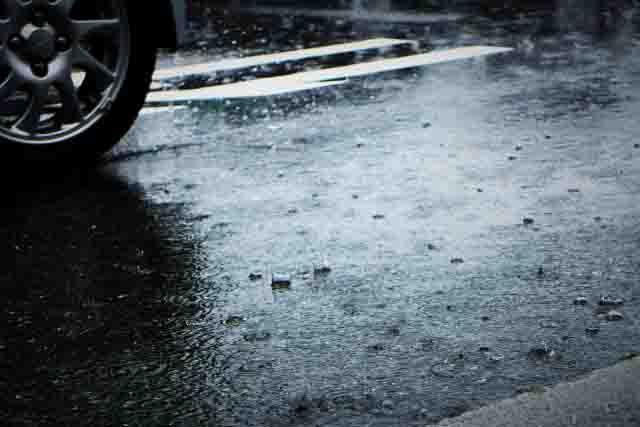 タイヤと雨